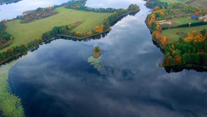 Pokoje nad Jeziorem Mazury | Jezioro Inulec zdjęcie z balonu w pogodny jesienny dzień, fotografowana zatoka znajduje się ok. 1km od naszego domu. Dom nad Zatoką