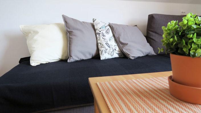 Pokoje nad Jeziorem Mazury | Apartament nr 6 salon - widok na sofę. Dom nad Zatoką