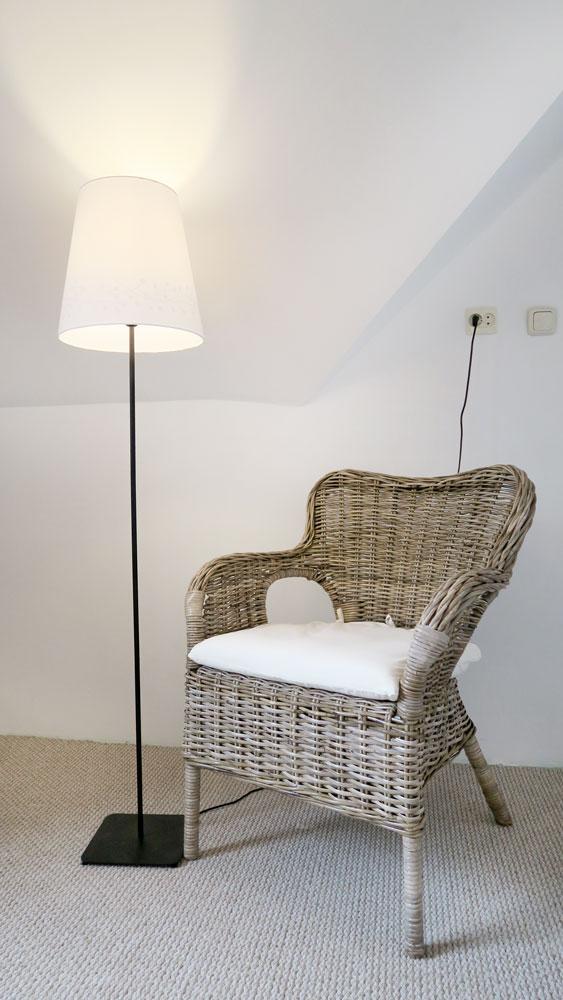 Pokoje nad Jeziorem Mazury | Apartament nr 6 sypialnia - fotel i lampa do czytania. Dom nad Zatoką