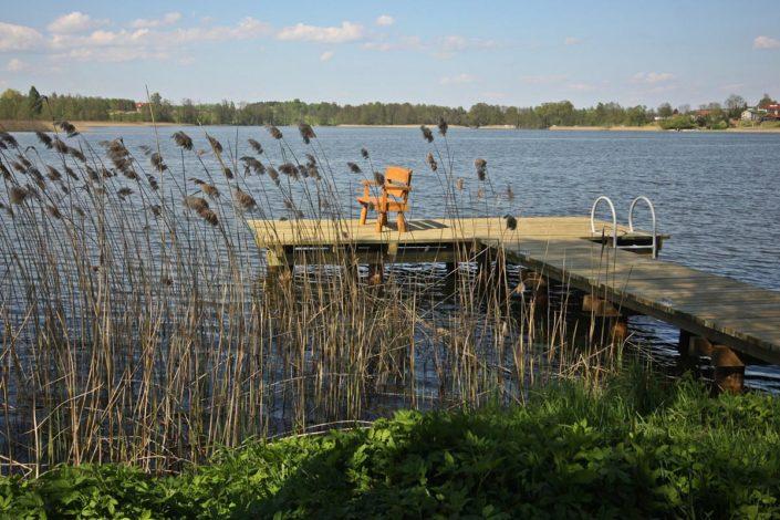 Pokoje nad Jeziorem Mazury   Pomost z ławką i drabinką oraz trzciny. Dom nad Zatoką