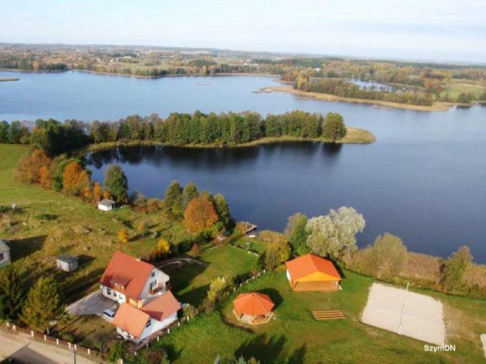 Pokoje nad Jeziorem Mazury   Jezioro - widok z lotu ptaka, nasz dom jest w lewej dolnej części zdjęcia. Dom nad Zatoką