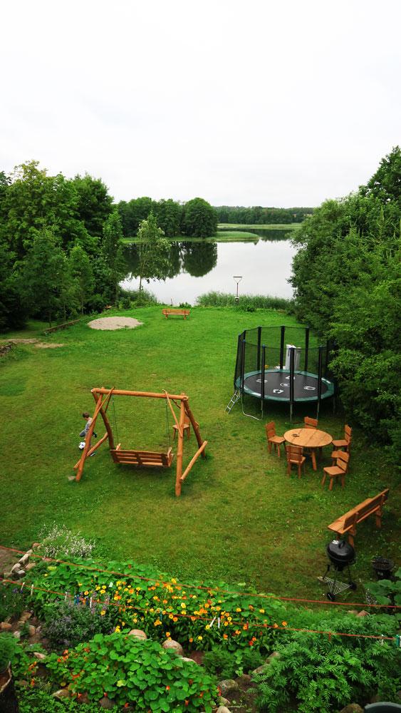 Pokoje nad Jeziorem Mazury | Apartament nr 6 widok z tarasu na teren i jezioro. Dom nad Zatoką