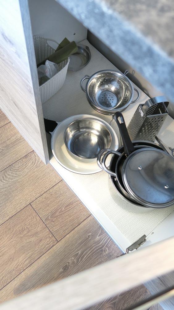 Pokoje nad Jeziorem Mazury | Apartament nr 6 aneks kuchenny - naczynia i przybory kuchenne. Dom nad Zatoką