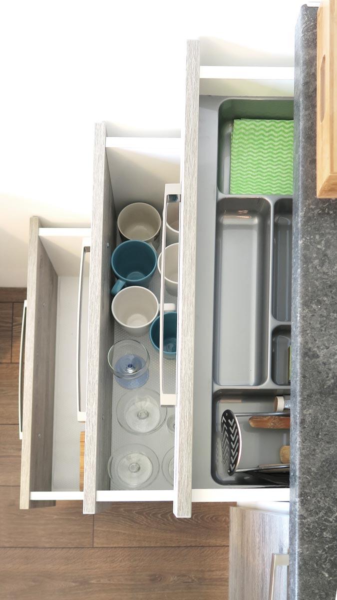 Pokoje nad Jeziorem Mazury | Apartament nr 6 aneks kuchenny - szuflady ze sztućcami i naczyniami. Dom nad Zatoką