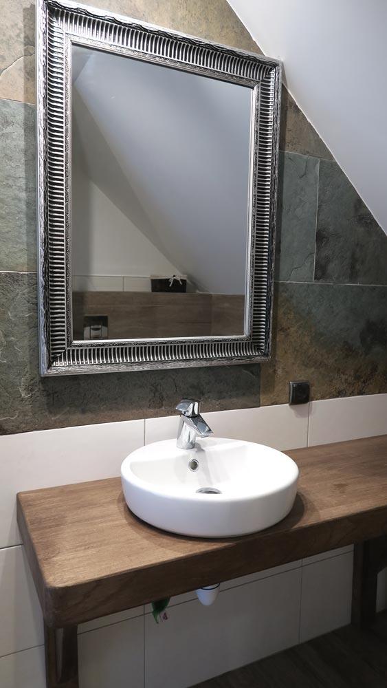 Pokoje nad Jeziorem Mazury | Apartament nr 6 łazienka - umywalka i lustro. Dom nad Zatoką