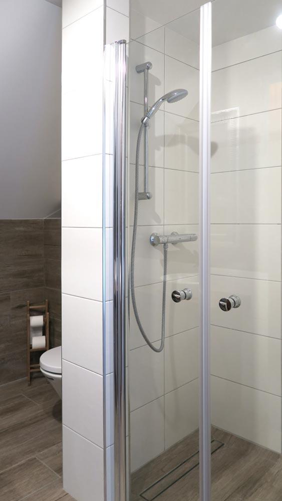 Pokoje nad Jeziorem Mazury | Apartament nr 6 łazienka - kabina prysznicowa. Dom nad Zatoką