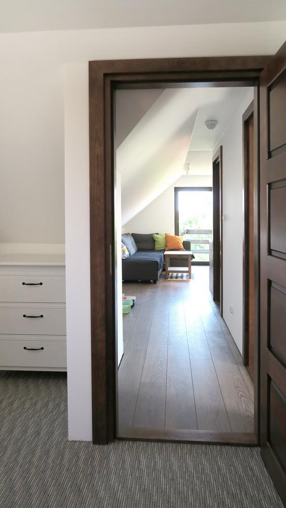 Pokoje nad Jeziorem Mazury | Apartament nr 6 widok na salon i wyjście z pokoju z dwoma łóżkami. Dom nad Zatoką