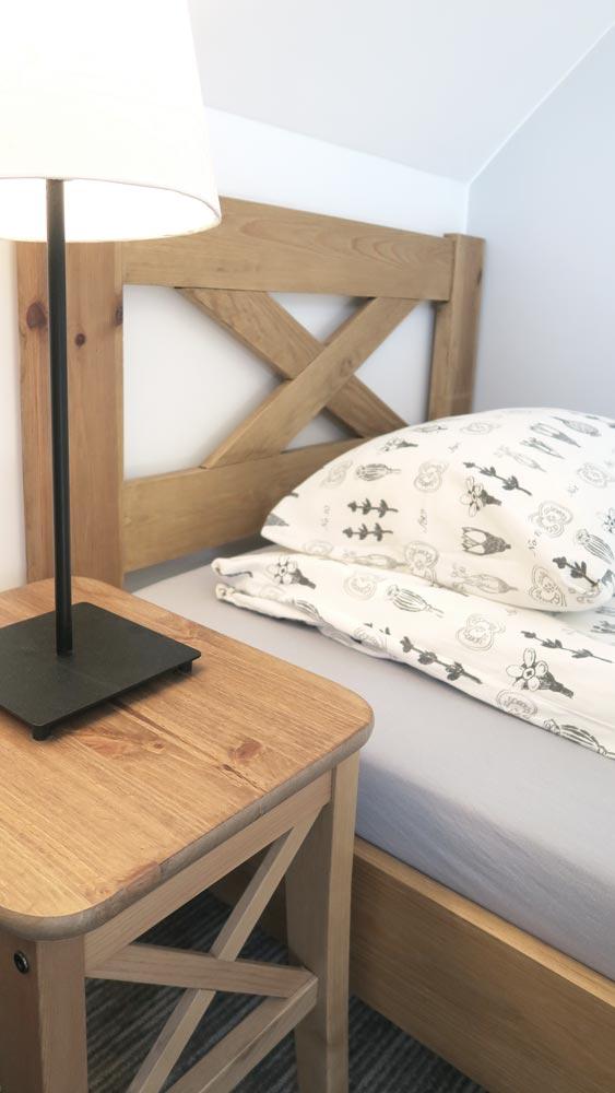 Pokoje nad Jeziorem Mazury | Apartament nr 6 łóżko i lampka nocna w pokoju z dwoma łóżkami. Dom nad Zatoką