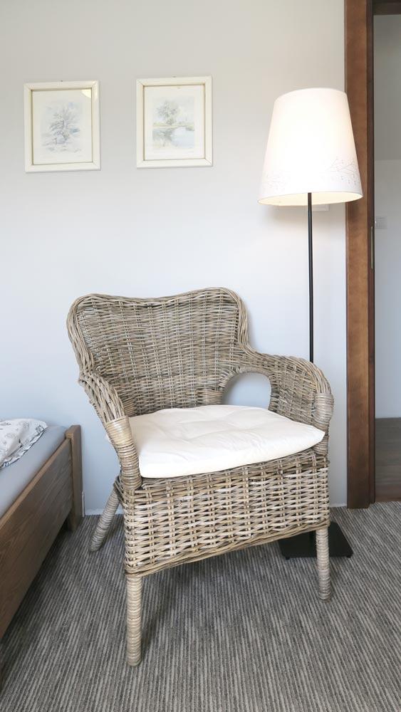 Pokoje nad Jeziorem Mazury | Apartament nr 6 pokój z dwoma łóżkami - fotel i lampa do czytania. Dom nad Zatoką