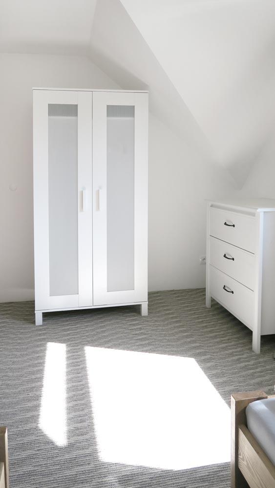 Pokoje nad Jeziorem Mazury | Apartament nr 6 pokój z dwoma łóżkami, widok na szafę i komodę. Dom nad Zatoką