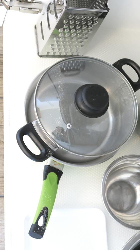 Pokoje nad Jeziorem Mazury | Pokój nr 1 naczynia i przyrządy kuchenne. Dom nad Zatoką