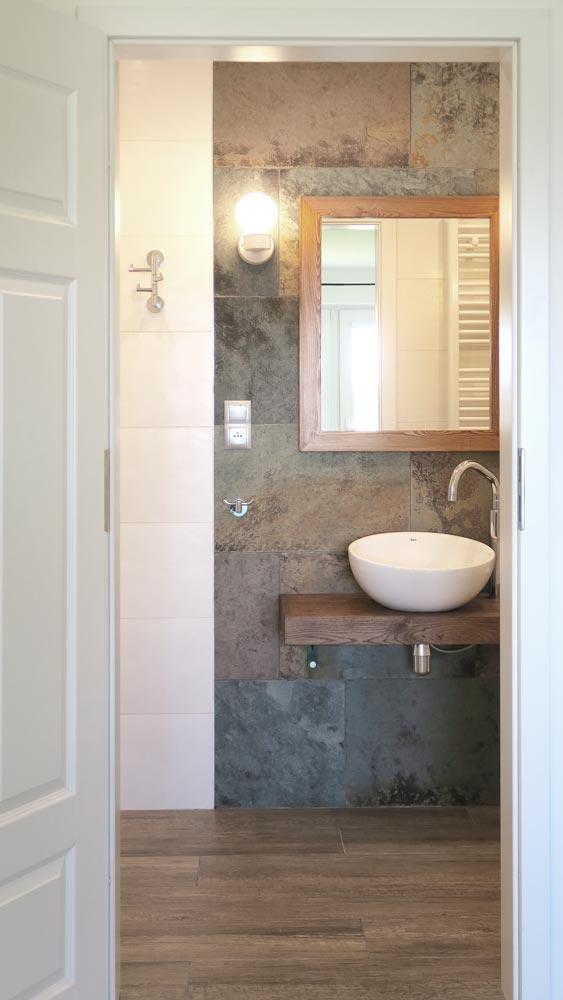 Pokoje nad Jeziorem Mazury | Pokój nr 1 widok na łazienkę z wnętrza pokoju. Dom nad Zatoką