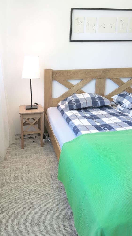 Pokoje nad Jeziorem Mazury | Pokój nr 1 łóżko małżeńskie i lampka nocna. Dom nad Zatoką