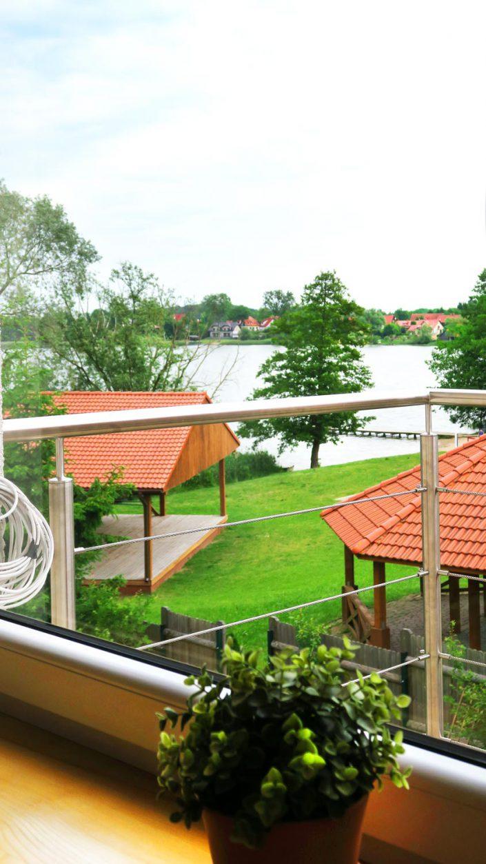 Pokoje nad Jeziorem Mazury | Studio nr 3 widok z okna w stronę wiejskiej plaży.Dom nad Zatoką