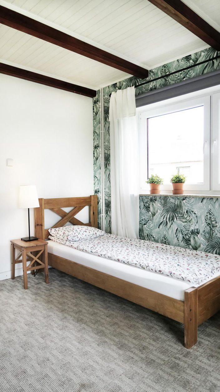 Pokoje nad Jeziorem Mazury | Studio nr 4 mniejszy pokój, łóżko przy oknie. Dom nad Zatoką