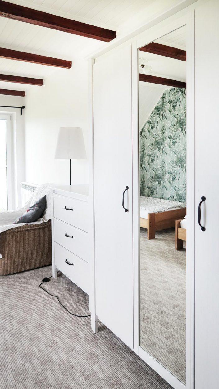 Pokoje nad Jeziorem Mazury | Studio nr 4 mniejszy pokój - szafa, komoda i fotel. Dom nad Zatoką