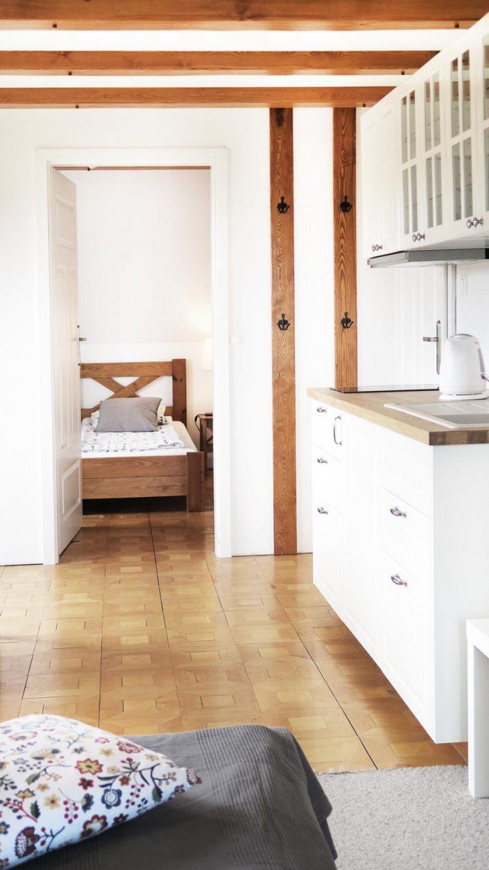 Pokoje nad Jeziorem Mazury | Studio nr 3 aneks kuchenny i przejście do drugiego pokoju.Dom nad Zatoką